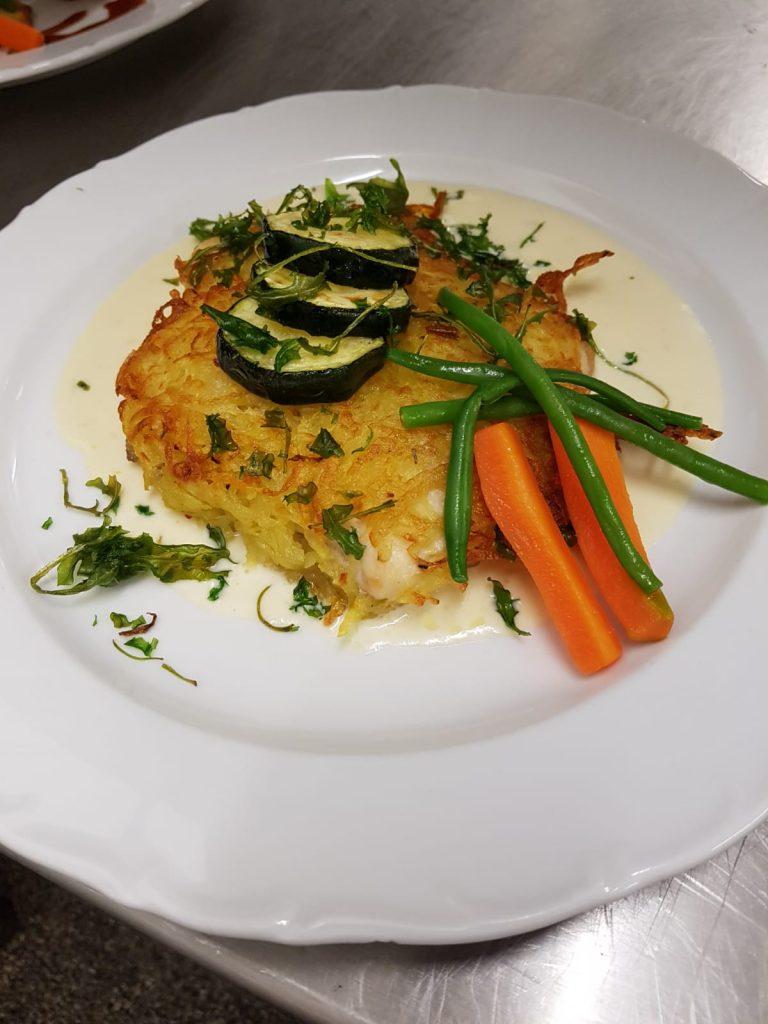 Forellenfilet im Röstimantel an weißer Martinisauce & gebratene Zucchini